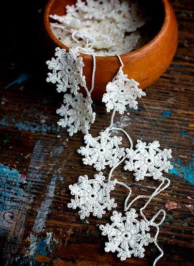 guirnalda de copos de nieve en crochet bonita para decorar una boda de invierno