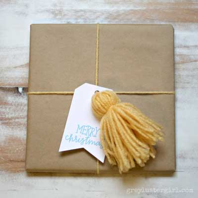 envolver regalos de navidad  con un  pompón casero