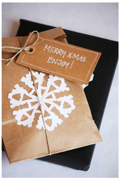 envolver regalos de navidad  con copos de nieve de papel