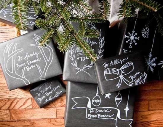 envolver un regalo navideño con papel que simula una pizarra