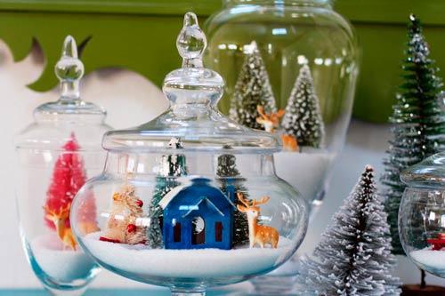 jarrones convertidos en bolas de cristal con nieve y escenas navideñas