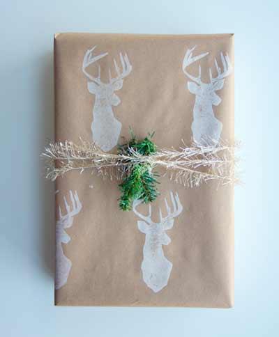 cmo envolver regalos de navidad papel estampado con sello