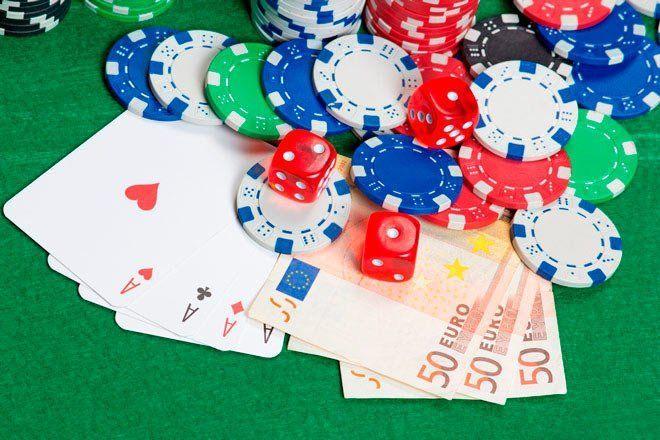 fichas de casino, cartas y euros