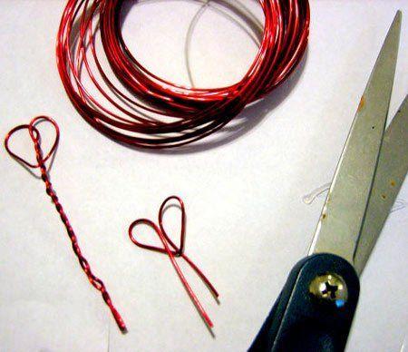 filamentos con forma de corazón para una manualidad de amor con una bombilla reutilizada