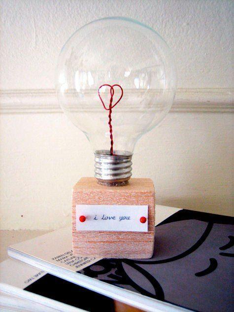 manualidad reciclada con una bombilla, muy romántica