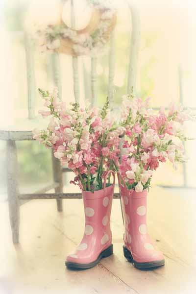 botas de lluvia recicladas como floreros