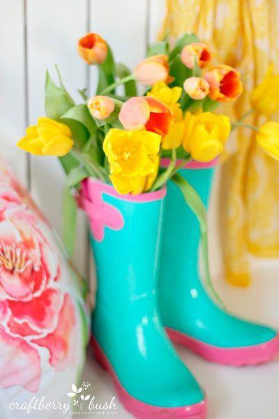 idea original para utilizar unas botas de lluvia como jarrones