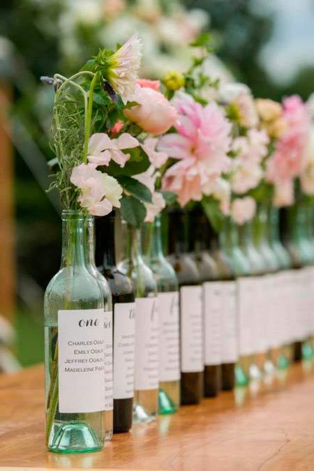 floreros con botellas de vino reutilizadas