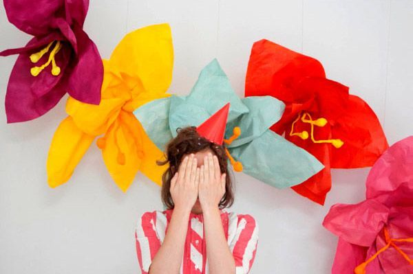 manualidad de guirnalda de flores gigantes para decorar una fiesta o una boda