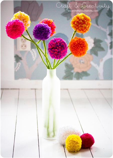 manualidad para hacer flores originales y divertidas con pompones de lana para decorar en casa
