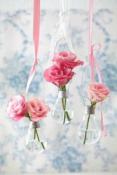 manualidad para convertir bombillas en floreros colgantes