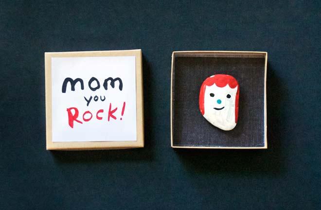 manualidad infantil hecha con una piedra para felicitar el dia de la madre