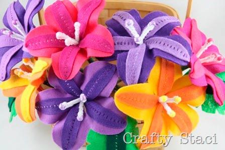 ramo de flores lirios de fieltro para decorar hecha con manualidades