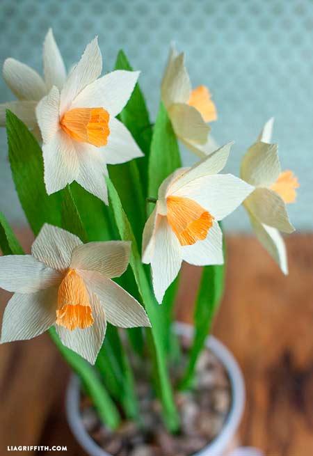 narcisos hechos con papel crepe (papel pinocho) para decorar en casa