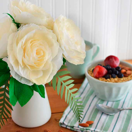 ramo de rosas amarillas de jardín hechas con papel crepe (papel pinocho) para decorar en casa