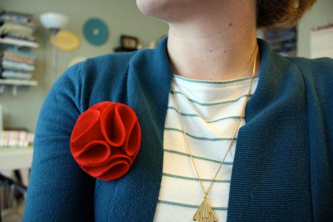 otra rosa de fieltro fácil de hacer para decorar hecha con manualidades