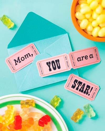 felicitación del dia de la madre hecha con manualidades, simulando unas entradas de cine