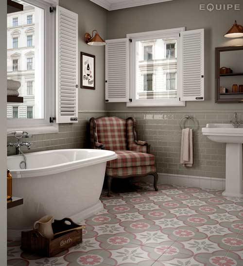 idea para decorar el baño de forma original con un sillón