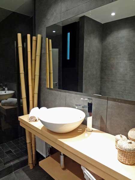 decoración para el baño con cañas de bambú