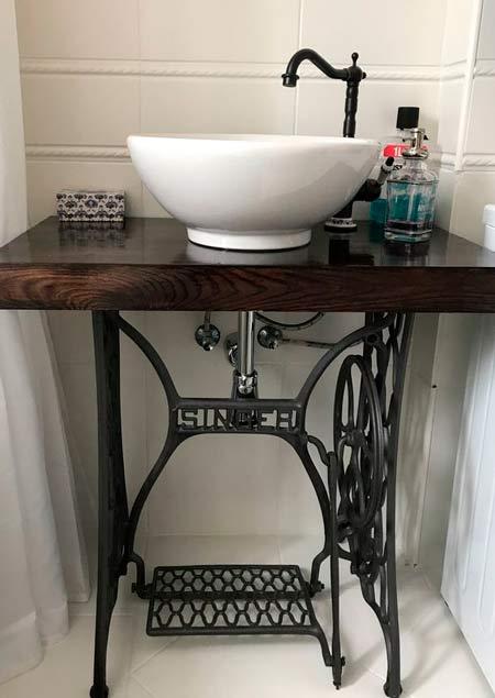 lavamanos vingage upcycled con la mesa de una maquina de coser singer