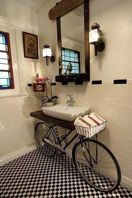 decoración original para un baño con una bicicleta antigua