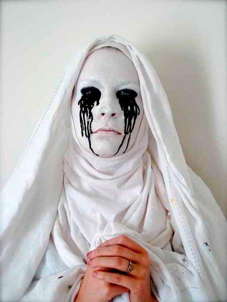 disfraz de monja poseída toda de blanco sangrando de color negro