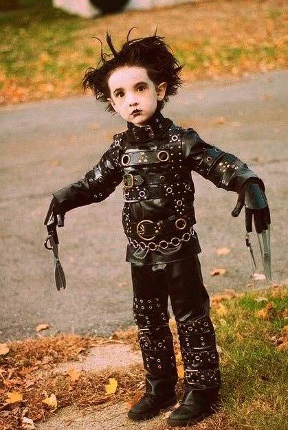 disfraz casero de halloween para niños eduardo manos tijeras