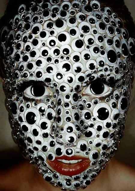 maquillaje casero fácil para disfraz de halloween con la cara llena de ojos