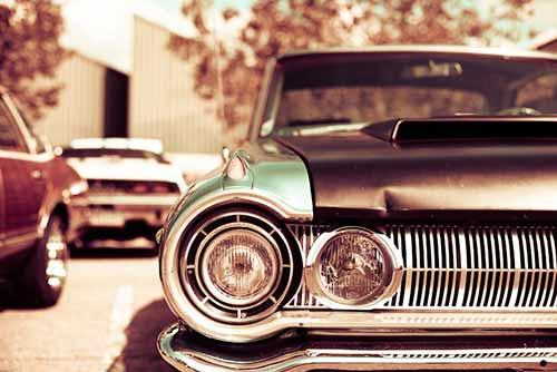 coche antiguo con una abolladura en la chapa