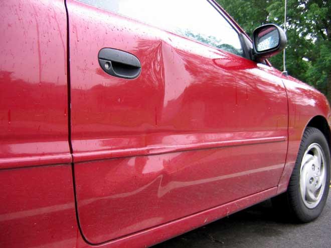 cómo reparar abolladuras en la chapa de un coche