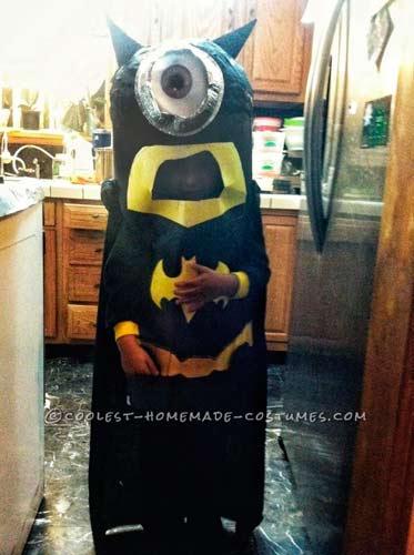 disfraz hecho a mano de minion disfrazdo de batman