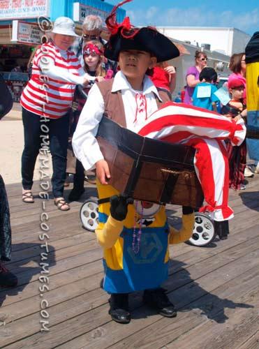 disfraz casero original de un minion llevando un pirata