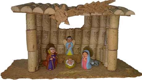 cueva de nacimiento navideño hecha con tapones de corcho