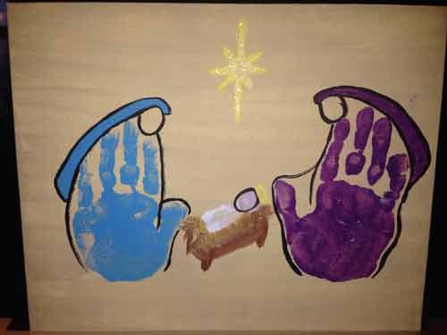 cuadro hecho con dos huellas de manos de un belén navideño