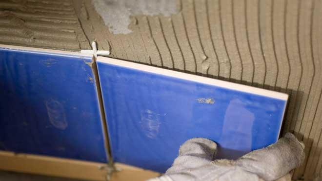 instrucciones para poner los azulejos en la pared del baño