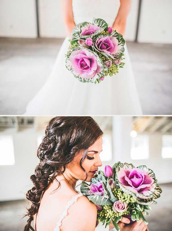 ramo de flores para novia con coles silvestres moradas, muy sencillo y bonito para una boda original