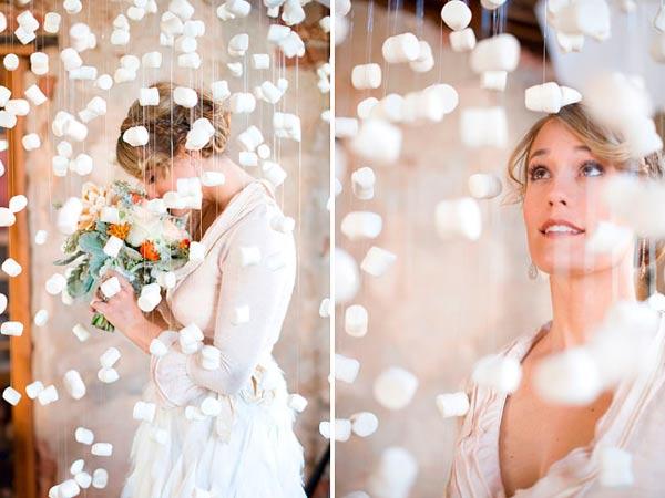 photocall original con cortinas hechas de nubes de gominola (marshmallows)