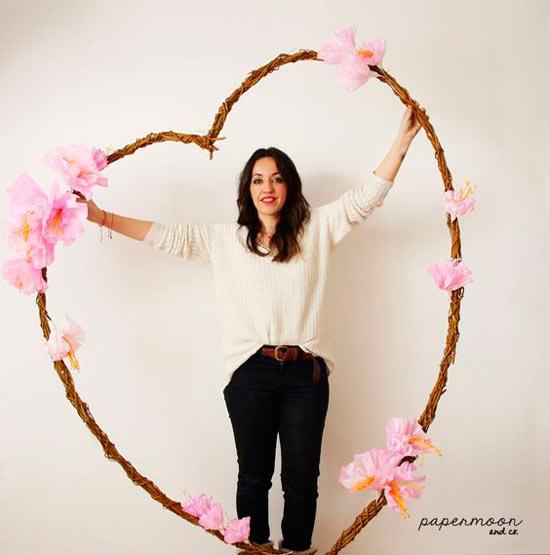 adorno para altar con flores de papel en forma de corazón