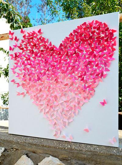 fondo original y romántico para photocall de boda con un corazón hecho de mariposas de papel de color rosa dobladas con la técnica origami