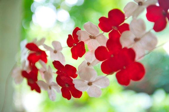 guirnalda con flores delicadas, muy bonito para una boda sencilla