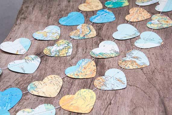 guirnalda con corazones reutilizando mapas, muy bonito para ceremonia