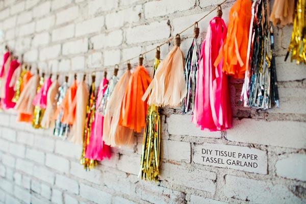 manualidad guirnalda con borlas de papel de seda y de lluvia fácil de hacer, ideal para decorar una boda
