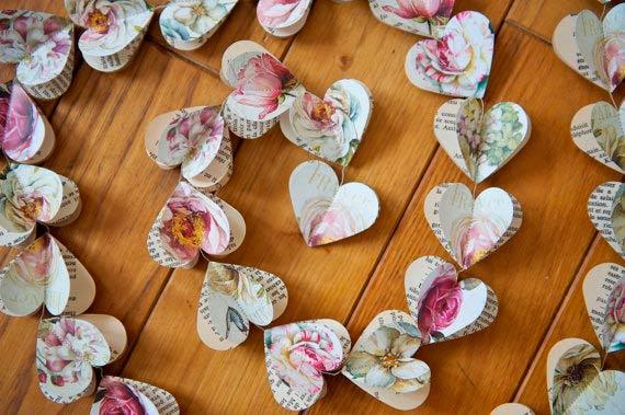 guirnalda con corazones de papel muy bonitos, ideal para colgar en una boda
