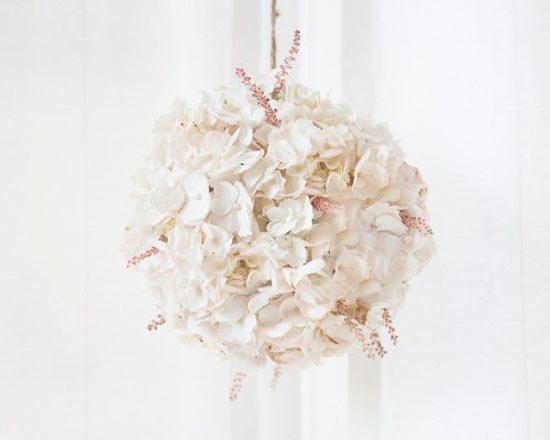 guirnalda para decorar una boda con flores blancas de hydrangea