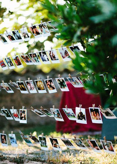 idea para decorar una boda con una guirnalda de fotos polaroid