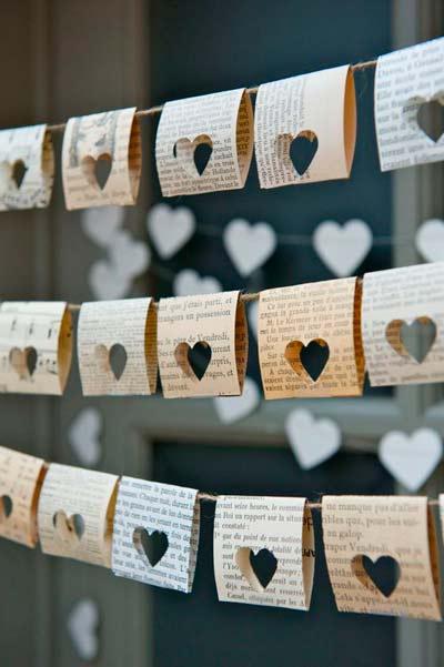 guirnaldas diy reciclando hojas de libros antiguos, ideales para una boda romántica