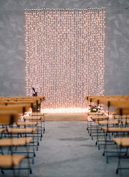 cortina de luces como photocall o fondo para decorar el altar de una boda
