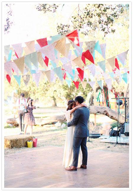 banderines de tela para adornar la pista de baile de una boda