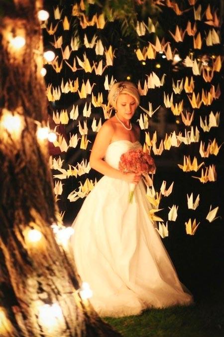 photocall original para exterior en una ceremonia de boda con grullas de papel