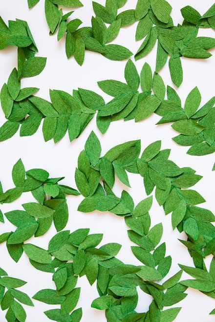 guirnalda diy de papel pinocho con forma de hojas, muy bonita y original para una boda diferente